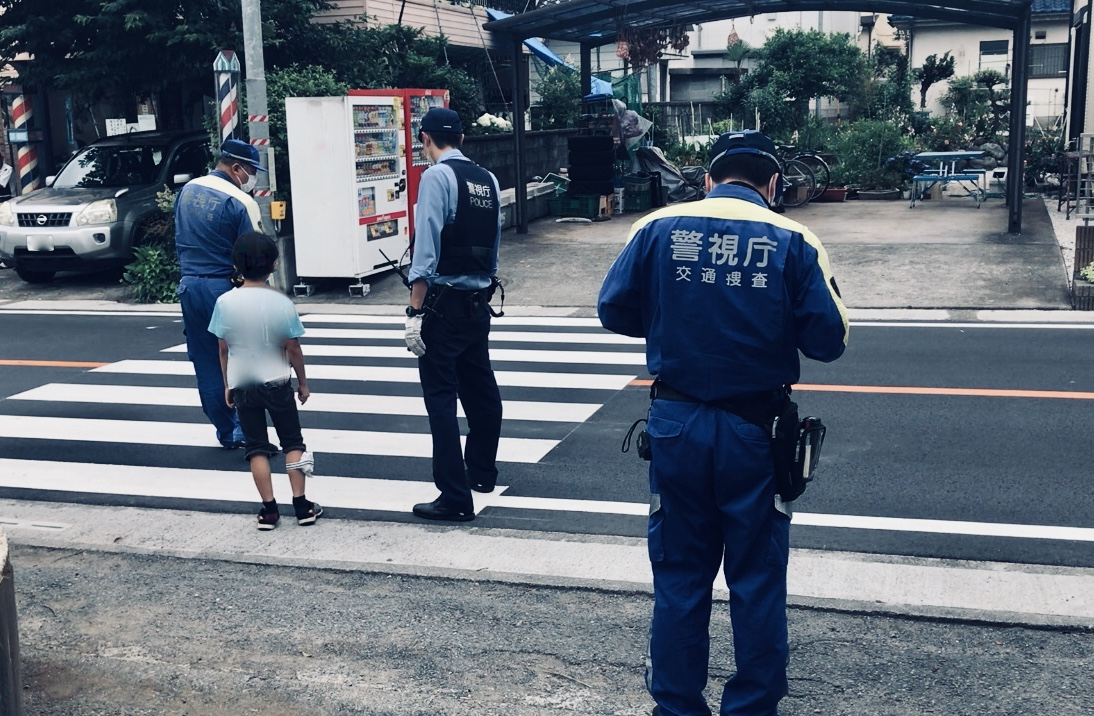 信号無視の自転車、下校中の小学生をはね立ち去る。警視庁
